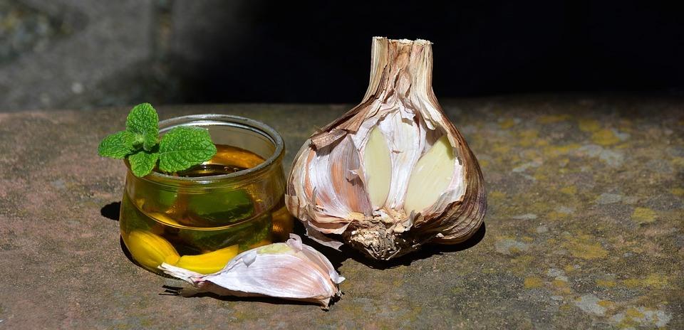 Beneficiile pentru sănătate ale combinației de usturoi cu miere