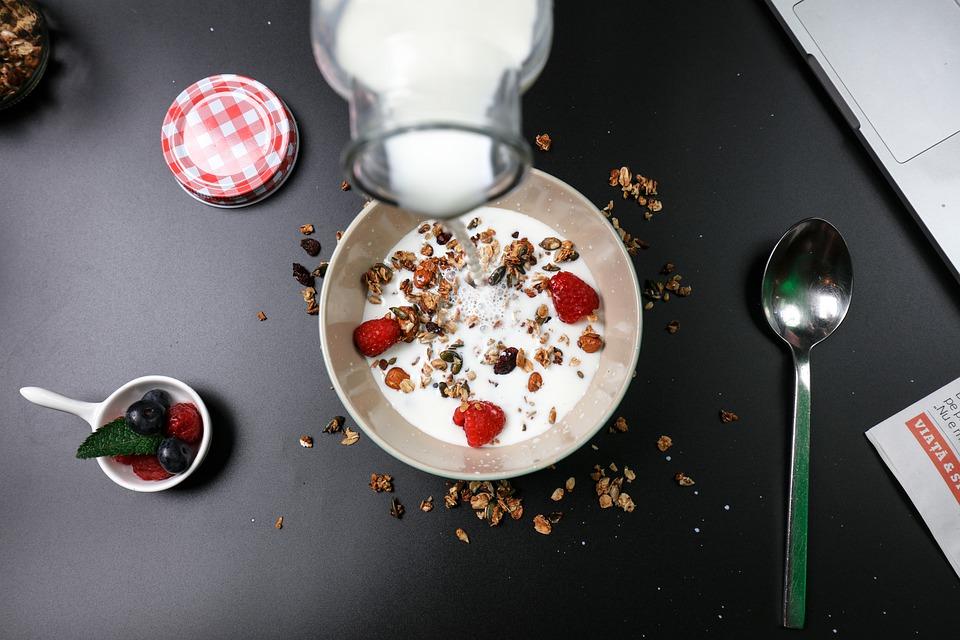 7 Alimente pe care le consumăm la momentul nepotrivit și ne distrugem sănătatea